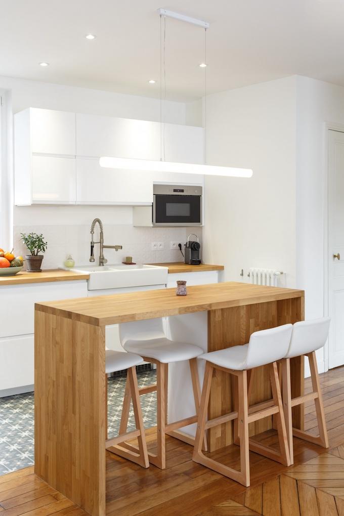 appartement chic parisien cuisine ouverte sur salon bar ilot bois chaise haute carrelage motif meuble blanc - blog déco - clem around the corner