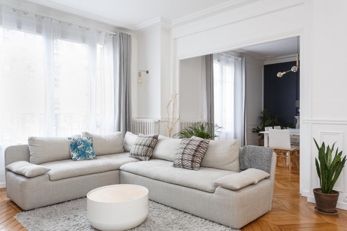 Appartement Chic Parisien Salon Séjour Canapé Gris Parquet Bois Table Basse  Ronde Voilage Blanc Rideaux