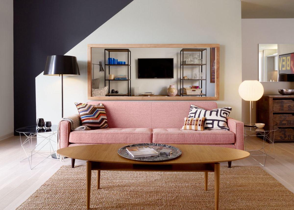 millennial pink salon sofa canapé rose noir bois - blog déco - clem around the corner