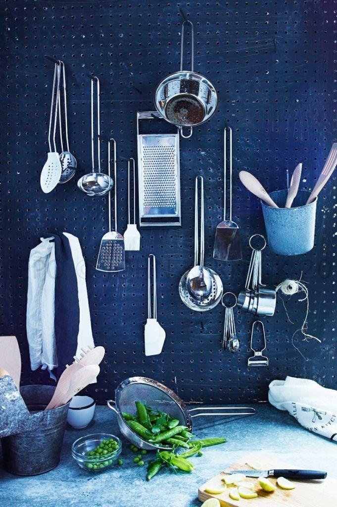 cuisine bleue pegboard accessoires ustensiles - blog déco - clem around the corner