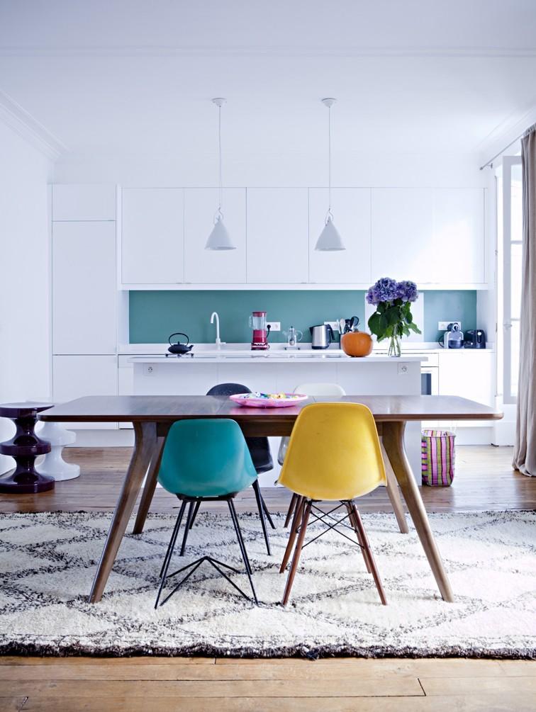 cuisine bleue chaises coloré grand tapis berbère - blog déco - clem around the corner