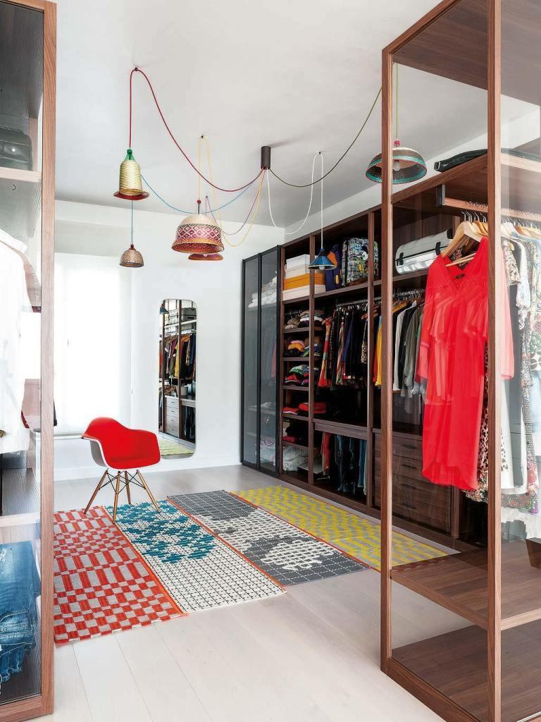 grand dressing en bois foncé tapis graphique originaux miroir déco sud