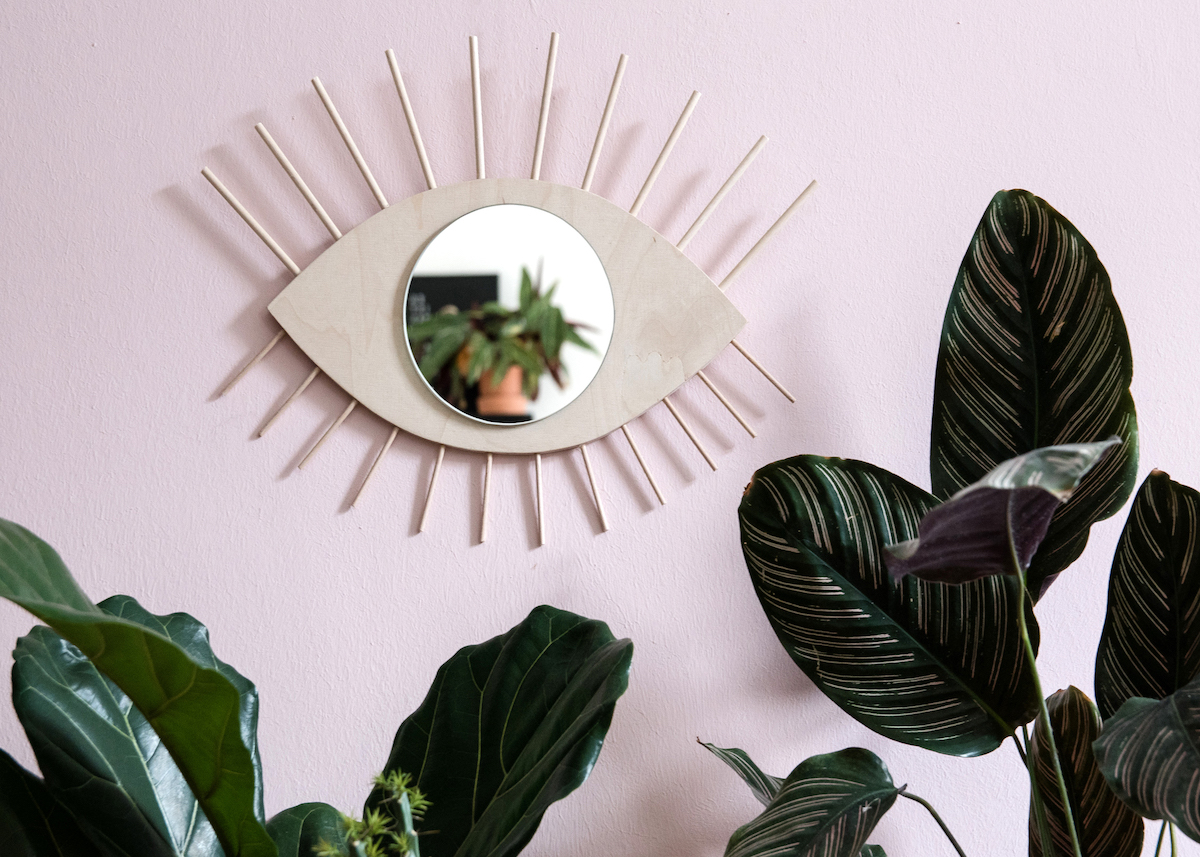 miroir bois soleil oeil mur rose pastel plante verte