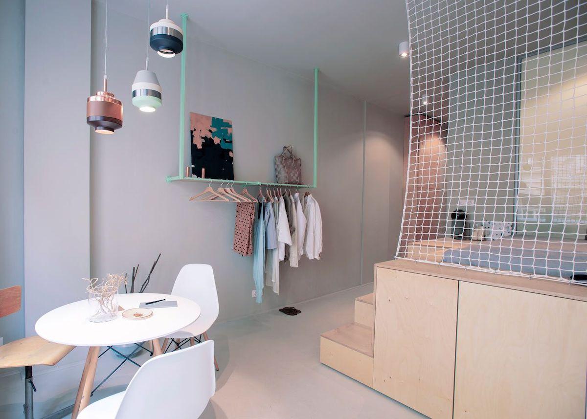 studio de 30m2 budapest chambre cuisine dressing turquoise métallique idée rangement déco poudrée