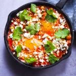 Oeufs aux pois chiches, tomate et feta