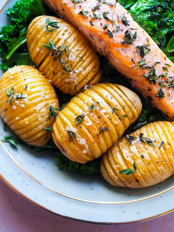 pommes de terre hasselback en gros plan