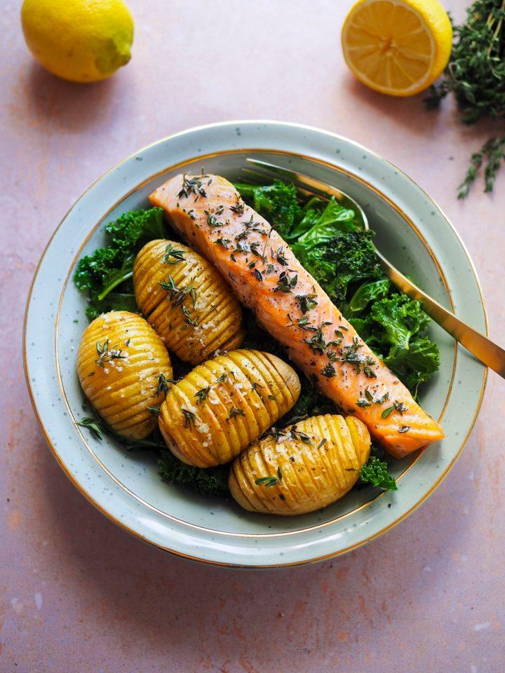 saumon et pommes de terre façon hasselback avec du kale