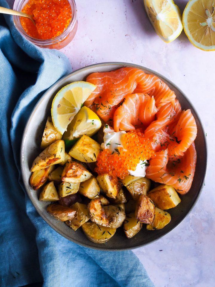 bowl avec des pommes de terre rôties et du saumon