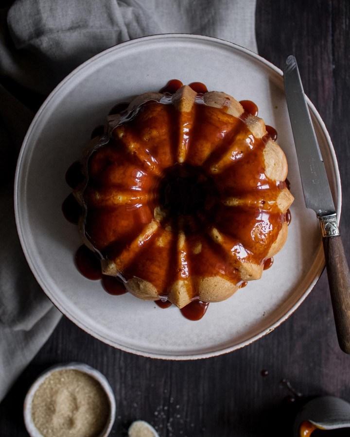 Cake aux pommes avec un glaçage caramel top view