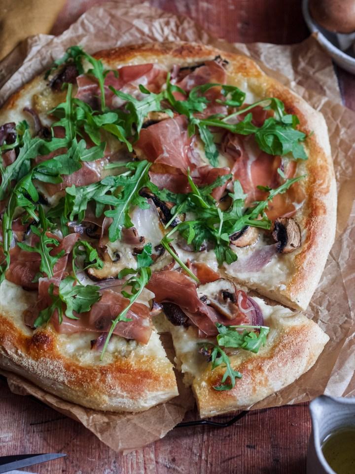 gros plan part de pizza mozzarella, gorgonzola et champignons