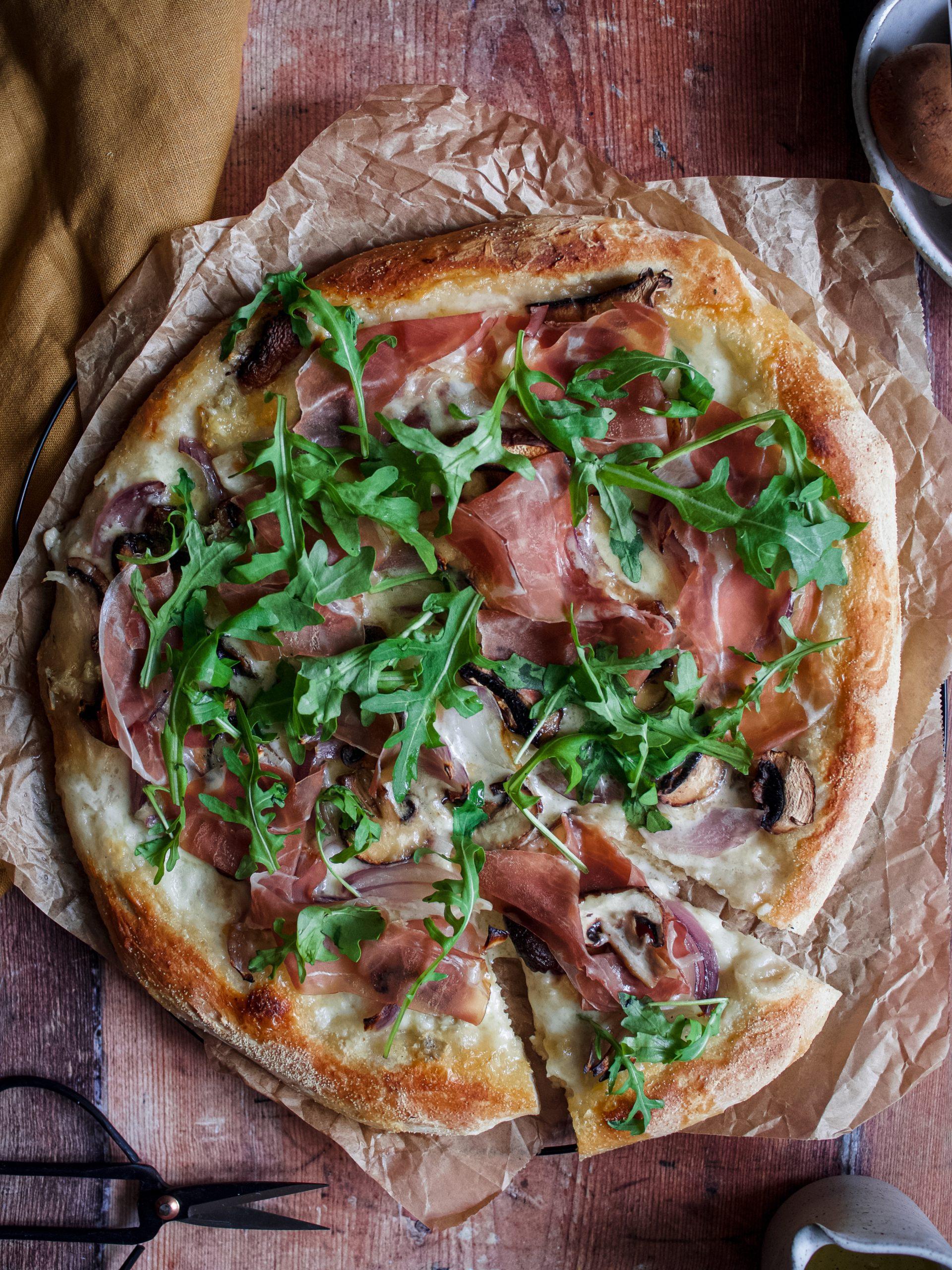 pizza mozzarella, gorgonzola et champignons