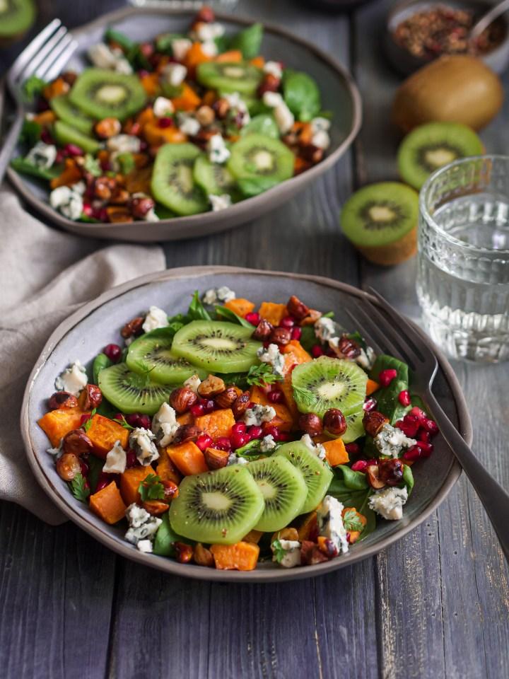 gros plan salade kiwis, patate douce, et bleu