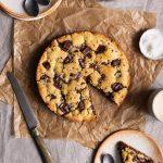 cookie cake avec une part coupée dans une assiette