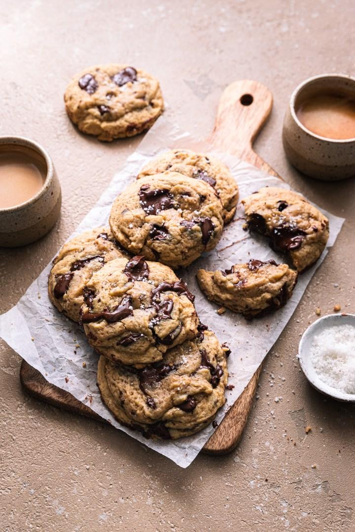 des cookies au café et chocolat sur une planche avec deux petits tasses de café