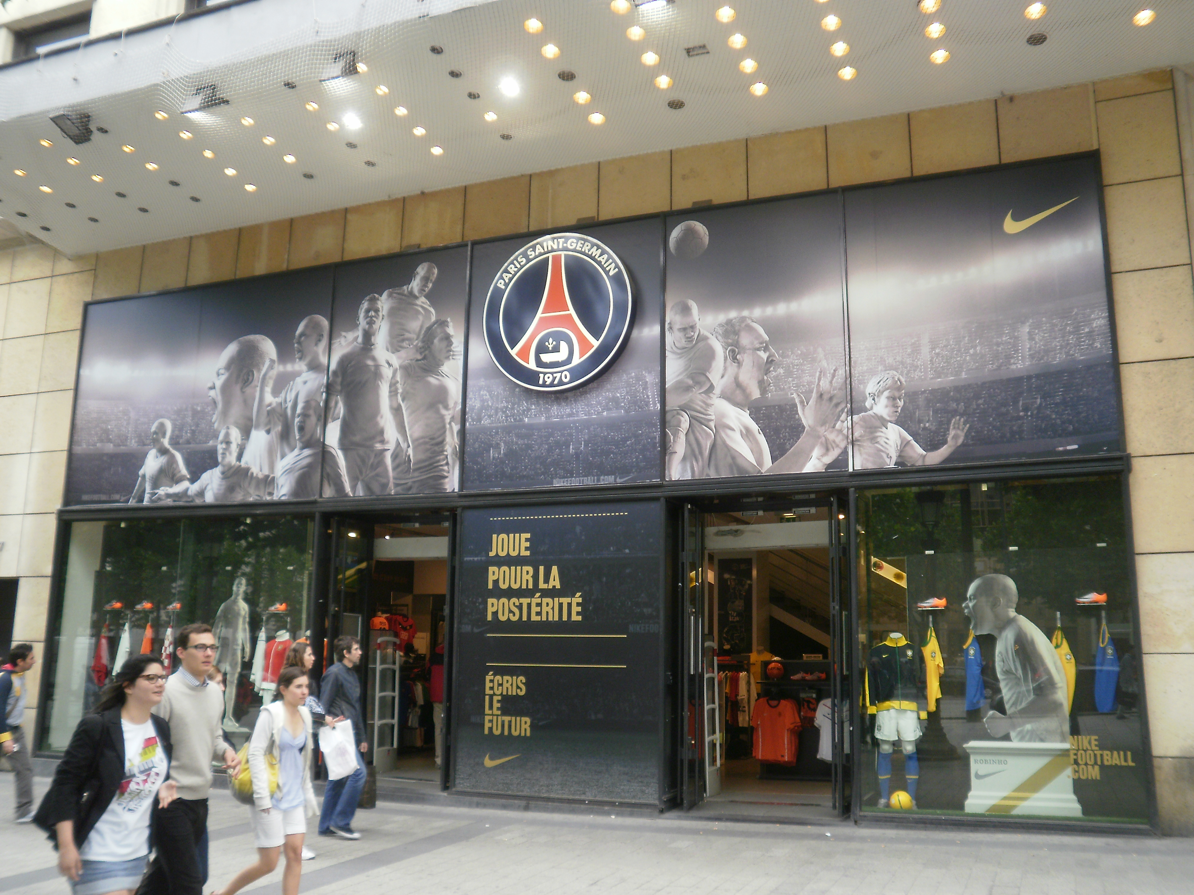half off 4fc9e 411fb Magasin Nike Champs Elysees