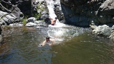 Bañandose Miguel y Manu