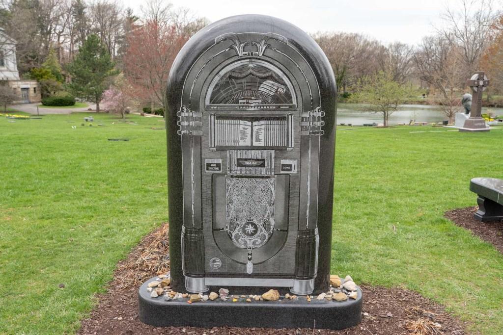 Alan Freed jukebox grave at Lake View Cemetery