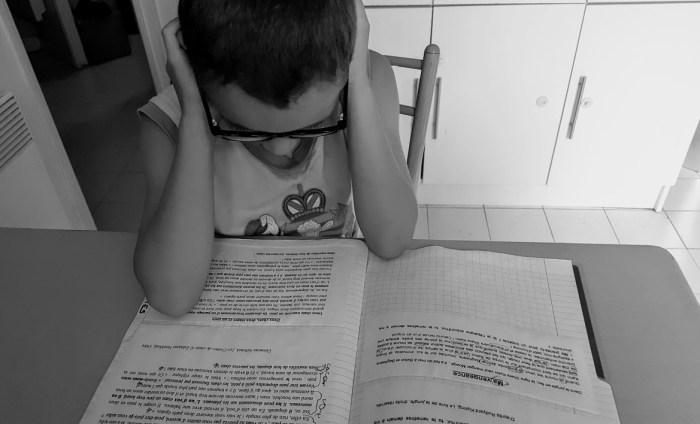 un enfant qui fait ses devoirs