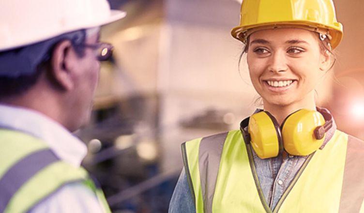 mulher tecnicos em segurança do trabalho olhando para homem