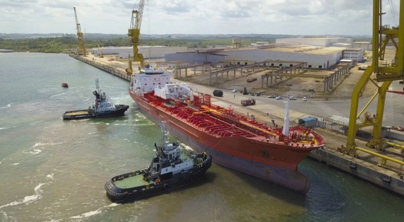 Primeiro navio para reparo naval no estaleiro EAS, em Pernambuco