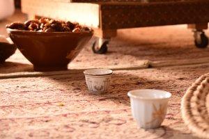 Una pausa di relax con datteri e caffè ospiti di una famiglia in Oman