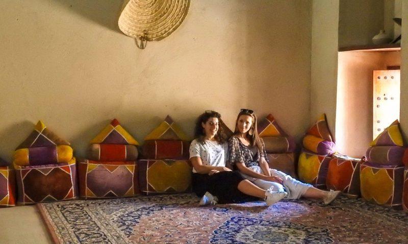Io e Rossana ci rilassiamo nel forte di Nizwa in Oman