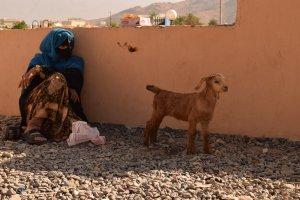 Donna omanita al mercato del bestiame di Nizwa in Oman