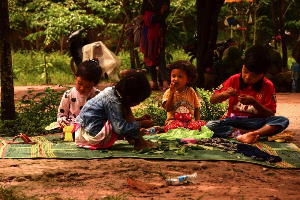 Bimbi cambogiani giocano sulla strada