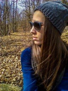 Valentina immersa nei boschi della zona attorno a Compiano
