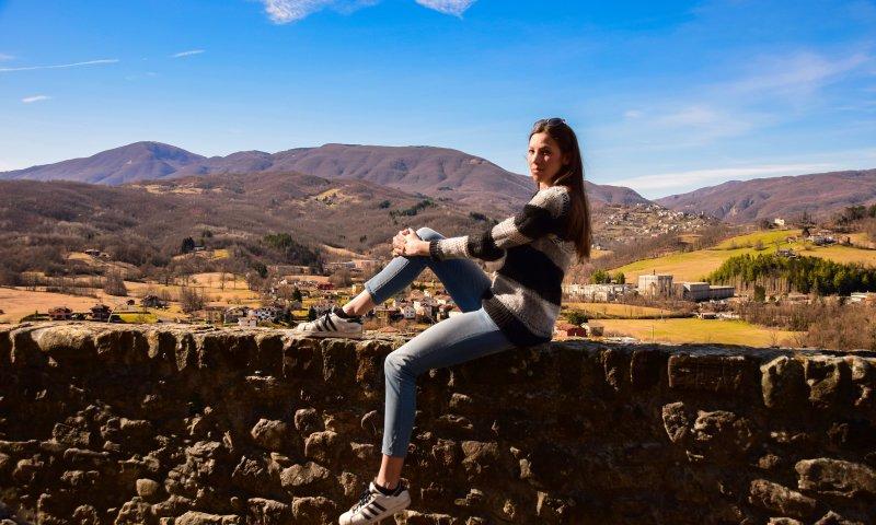 Valentina sulle mura di Compiano - Agriturismo Le Carovane in provincia di Parma