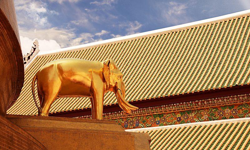 Wat Bowonniwet chedi con particolare della statua dell'elefante
