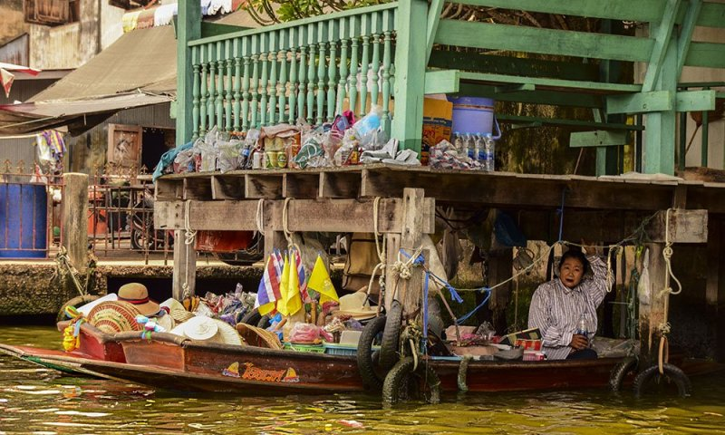 Una venditrice sulla propria barca a Thonburi, Bangkok