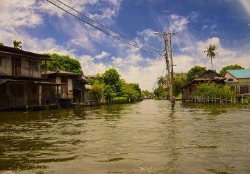 I canali che attraversano Thonburi a Bangkok