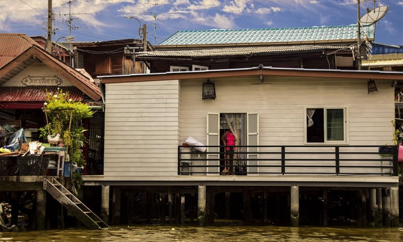 Una donna nella propria a casa a Thonburi, Bangkok