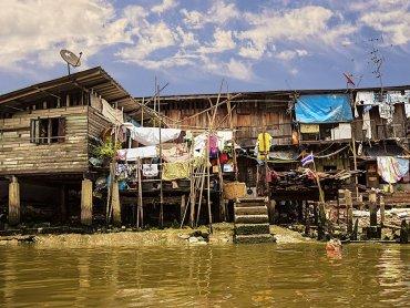 Bangkok baracche presso i canali di Thonburi