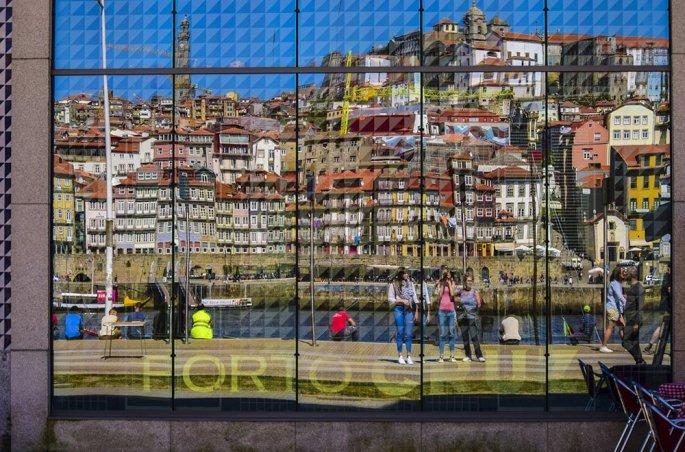 Vila Nova de Gaia: Il Riflesso della Ribeira su un edificio
