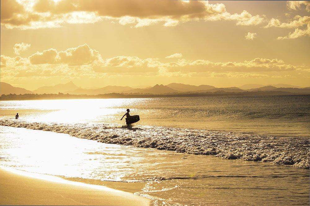 Byron Bay Surfer pronto a cavalcare l
