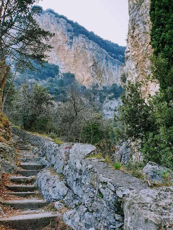 Il sentiero 267 a Campione: l'inizio del percorso