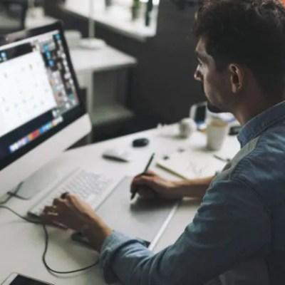 profissional no computador empresas de host