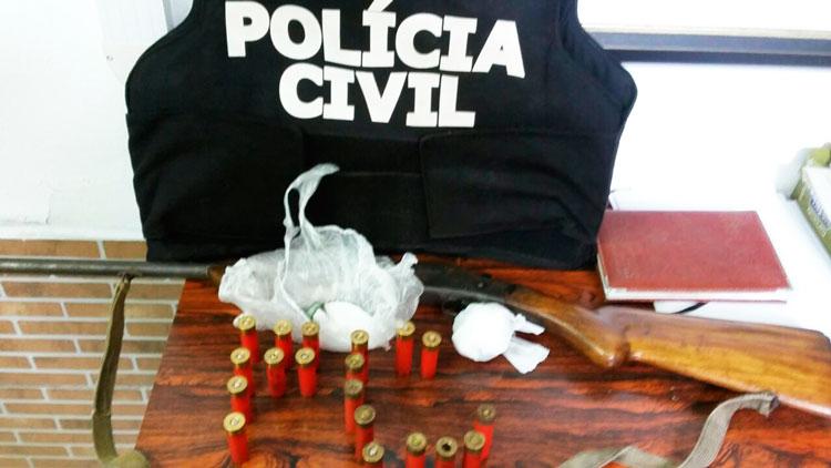 Polícia apreende arma, drogas e munições em sítio