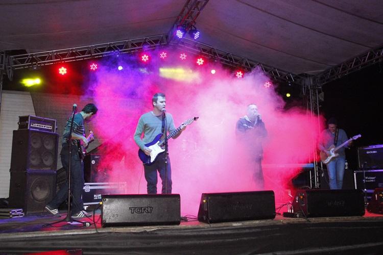 Bandas capricham no rock nacional e embalam o público na Festa do Colono e Motorista