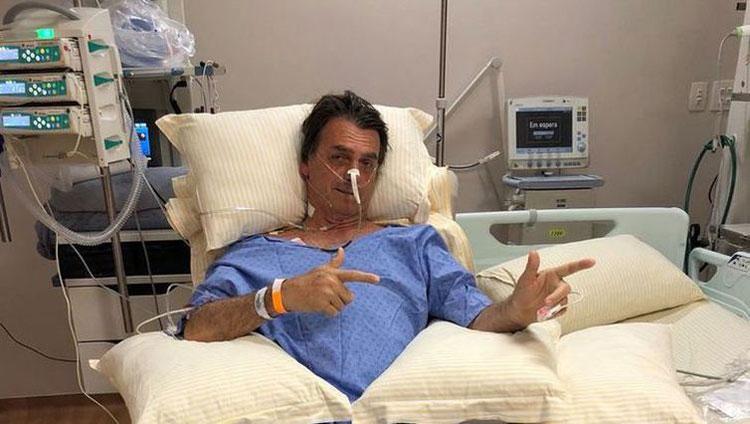 """Filho diz que Bolsonaro teve """"noite delicada"""", mas passa bem"""