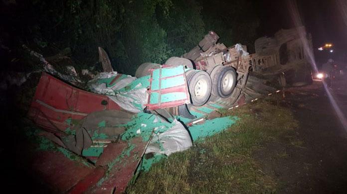 Caminhão da Lauro Motos tomba e deixa motorista ferido