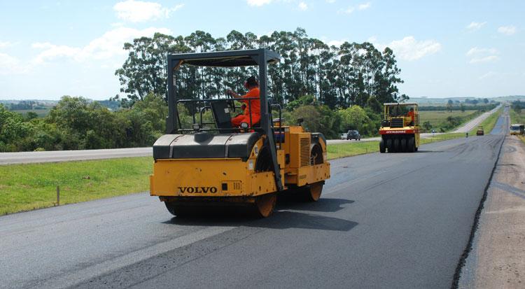 Avançam serviços de pavimentação nas obras da BR-116/RS