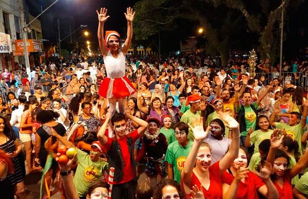 """Grupo Tholl comandou o espetáculo """"Cirquin"""" na Praça Central de Tapes"""