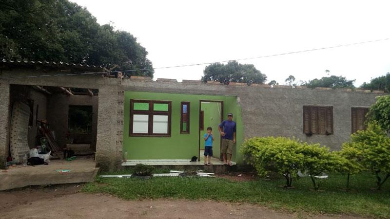 Família teve parte da casa destruída pelo temporal em Zona dos Pachecos