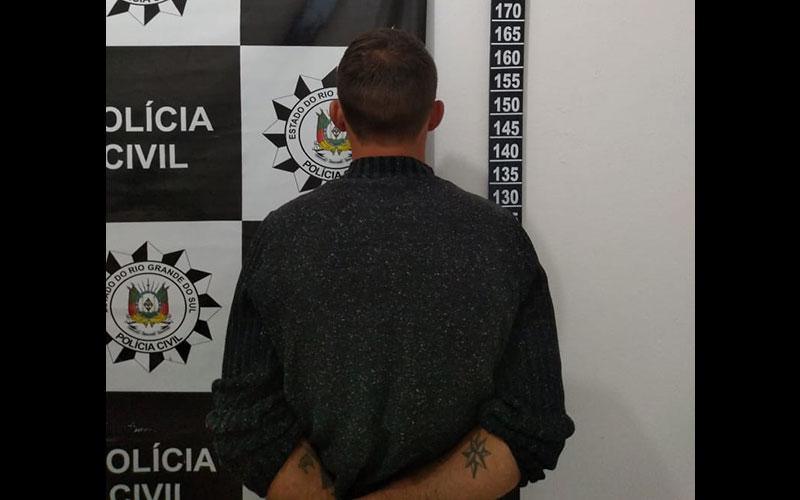Polícia cumpre mandado e prende sujeito na DP