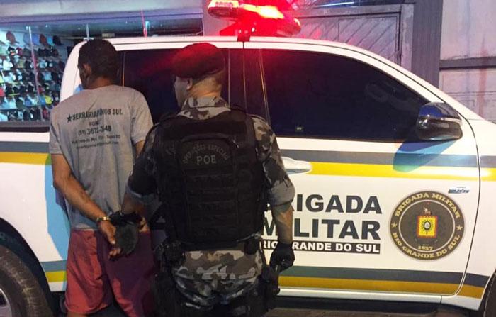 Homem preso ao tentar se desfazer de drogas em Tapes