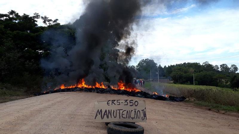 Moradores protestam por melhorias na ERS-350 em Dom Feliciano