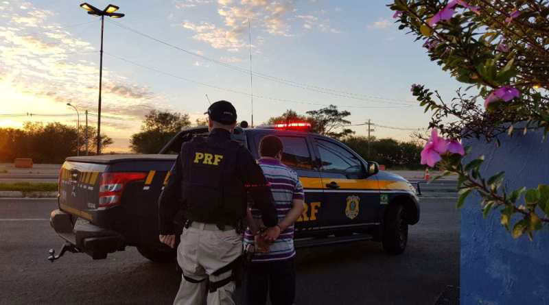 PRF prende motorista alcoolizado em carro com placas de Barão do Triunfo